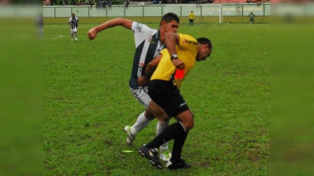 Video: un futbolista ataca al árbitro durante un partido en Brasil
