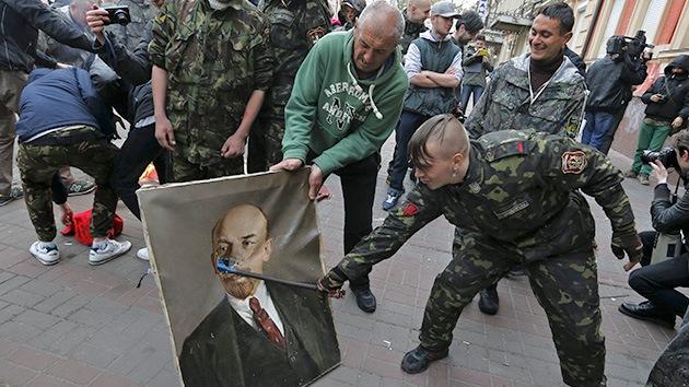 Fotos: Sector Derecho quema retratos de Lenin y despoja a los comunistas de una sede