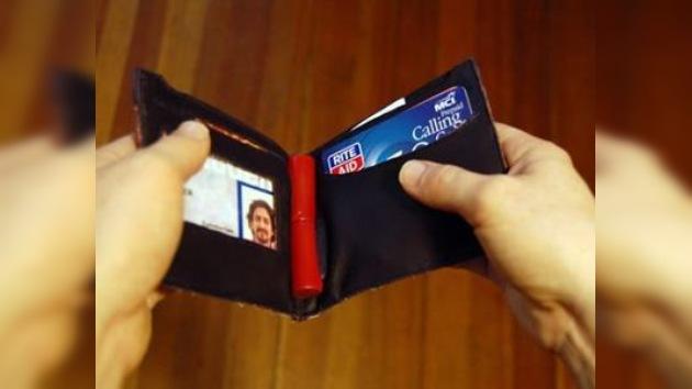 Una cartera de alta tecnología cuida su saldo bancario