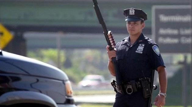 Policías de EE.UU., multados por matar a un hombre que tenía una manguera y no un arma