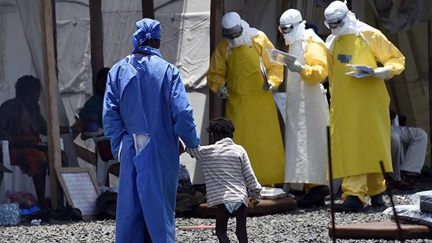 Las imágenes de un niño con ébola tirado en una calle en Liberia conmocionan al mundo