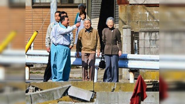 Pareja real de Japón visita regiones afectadas por el terremoto y tsunami