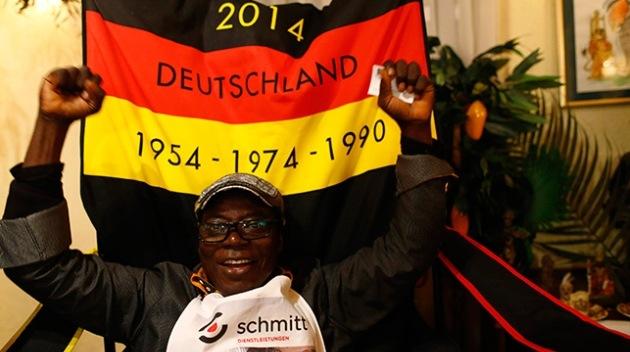 Un rey africano vive en Alemania y gobierna a sus súbditos por Skype