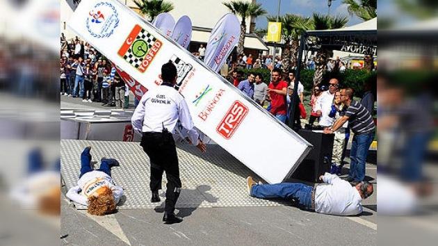 Video: se derrumba el podio en pleno arranque del campeonato turco de rally