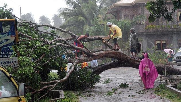 Video: El tifón deja decenas de víctimas mortales en Filipinas