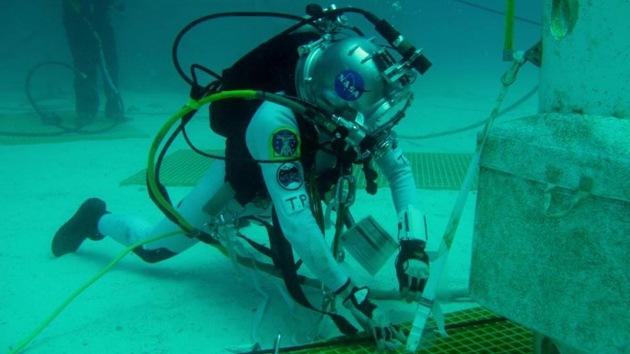 Un equipo de la NASA entrena bajo el agua su viaje a un asteroide