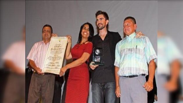 Juanes y un pueblo desplazado reciben el Premio Nacional de la Paz
