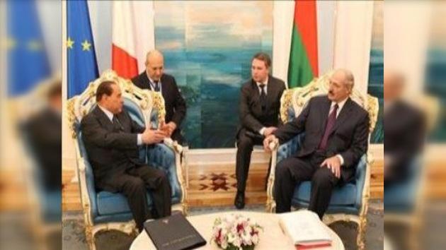 Berlusconi rompe el aislamiento de Bielorrusia