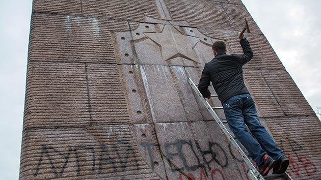 Ucrania: Los protestantes destruyen monumentos