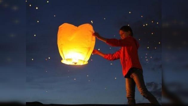 Miles de globos de luz iluminan la noche de Moscú
