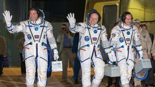 La nave espacial Soyuz con 3 tripulantes regresa a la Tierra con un día de retraso
