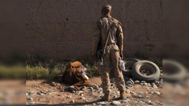 Un video muestra a supuestos 'marines' de EE. UU. orinando sobre cadáveres de talibanes