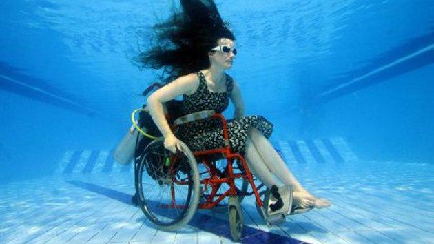 Video: Inventan en Gran Bretaña una silla de ruedas submarina