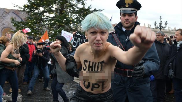 Video, fotos: Feministas ucranianas se desnudan ante el Papa en el Vaticano