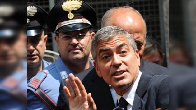 """George Clooney improvisa """"espectáculo"""" en un tribunal italiano"""
