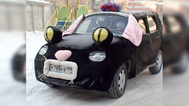 En las calles de Rusia circula un auto disfrazado de gato