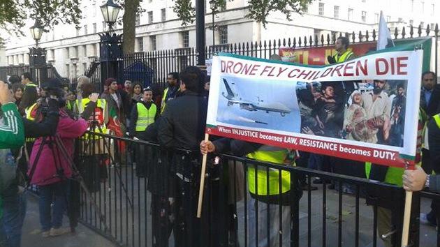 """""""Drones vuelan, niños que mueren"""": Protesta en Londres contra los aviones no tripulados"""