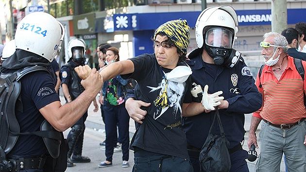 """""""Que se ahoguen"""": la Policía turca usa violencia no solo contra manifestantes"""