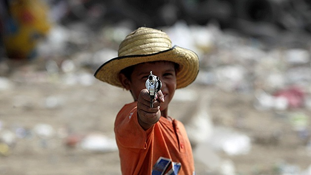 Un niño de 7 años publica un libro sobre las armas y la violencia