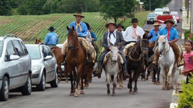 Acusan a un alcalde brasileño de insultar a la democracia por montar en burro