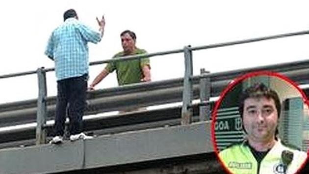 Un policía evita que un sexagenario se arroje desde un puente en España