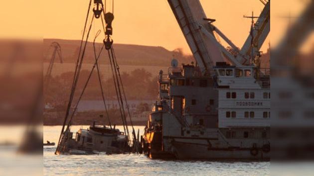 Se completa la reflotación del barco turístico 'Bulgaria' que se hundió en el Volga