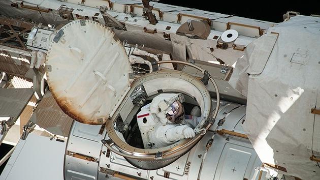 La Nasa aborta la caminata espacial por hallar líquido en el casco de un astronauta