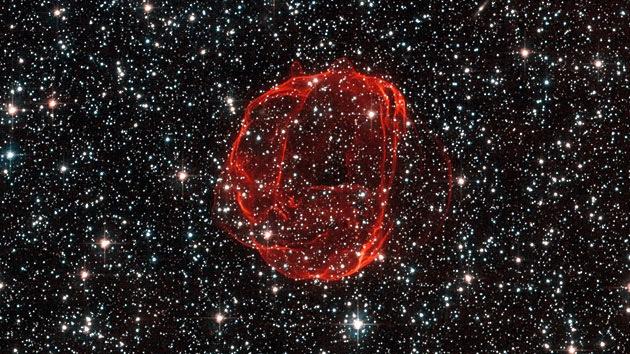 El Hubble fotografía restos rojos de una enana blanca en la constelación de Dorado