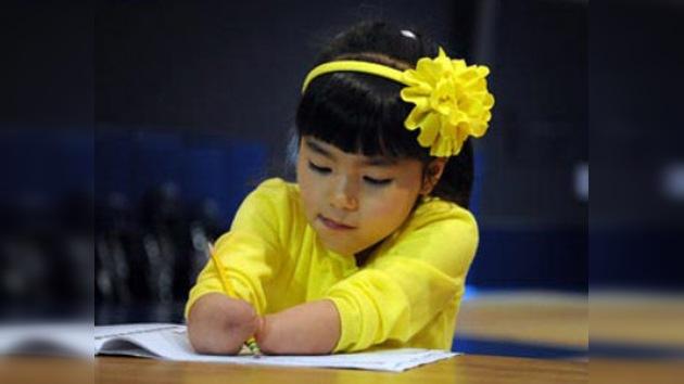 Niña sin manos gana un premio nacional de caligrafía en EE. UU.