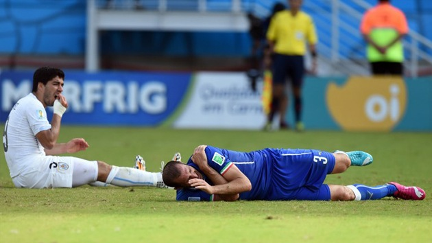 La FIFA impone nueve partidos de sanción a Luis Suárez por el mordisco a Chiellini