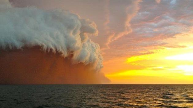 Fotos: Ciclón Narelle causa una excepcional polvareda sobre el mar