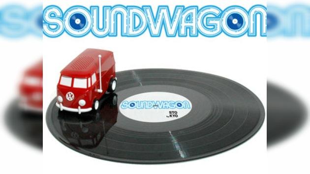 Furgoneta de Volkswagen que reproduce discos de vinilo