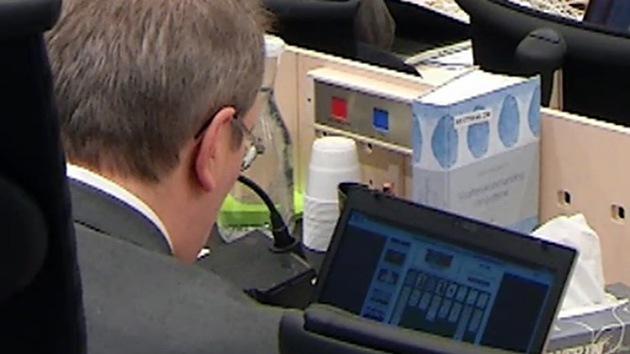 Un juez del caso Breivik, pillado jugando al solitario durante el juicio
