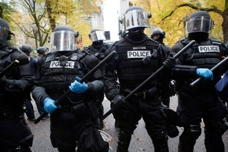 El uniforme negro, las armas negras y la pintura negra en la cara, es el conjunto de luto de las fuerzas especiales de Perú. El color negro está destinado