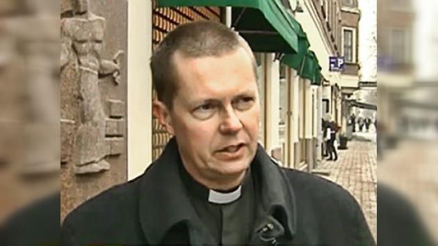 Privan del sacerdocio a un pastor por criticar sitio de extremistas