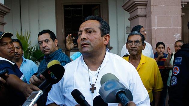 Un sacerdote encabeza una protesta contra el cártel del narcotráfico en Michoacán