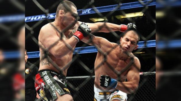 Dos Santos le quita a Velásquez el cinturón de la UFC