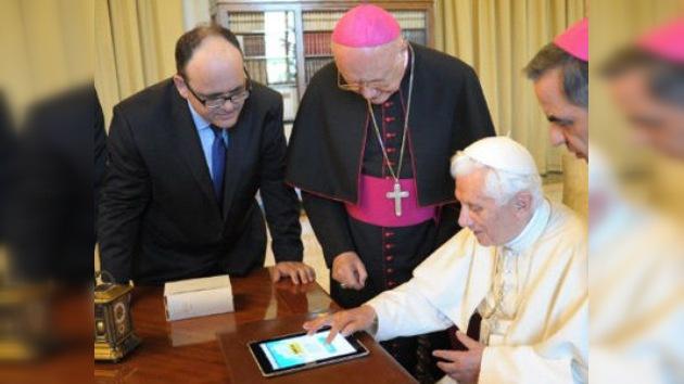 El Papa envía su primer 'tweet' usando un iPad
