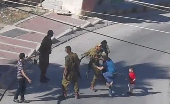 Video: Graban a un soldado israelí pegando a un niño palestino de 12 años