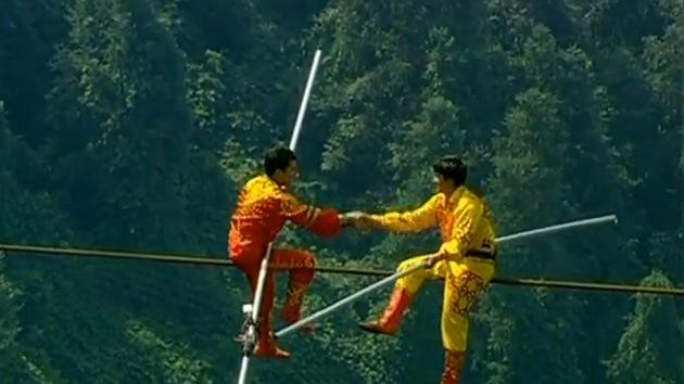 Vídeo de vértigo: Un trío de equilibristas chinos bate récord mundial sobre el alambre