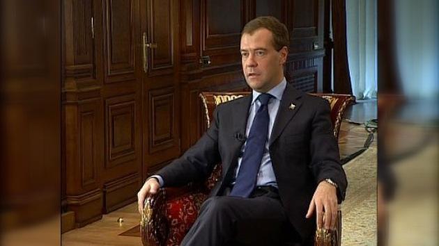"""Medvédev: """"Rusia sonríe al mundo, pero los otros también deben sonreírnos"""""""