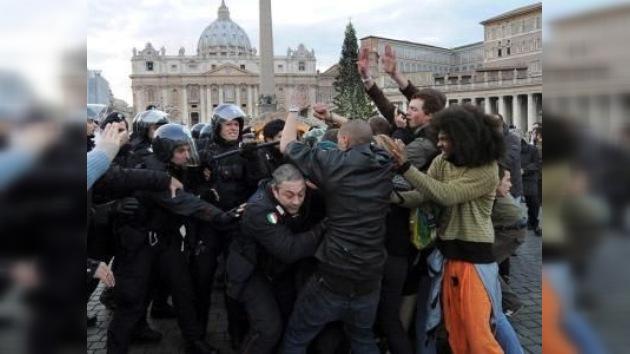 Una marcha de los 'indignados' alcanza al abeto navideño del Vaticano