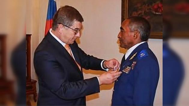 Rusia entrega una medalla al 'Gagarin' latinoamericano