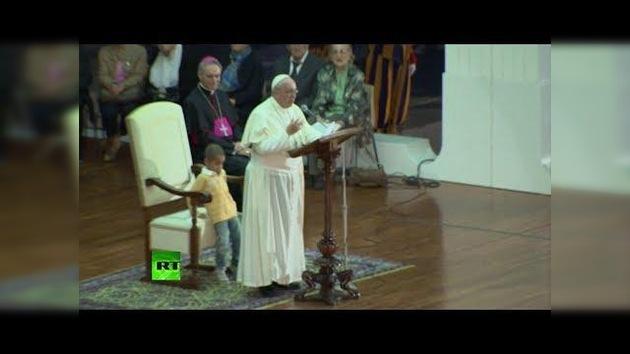 Miren como un chico que le roba el asiento al Papa Francisco