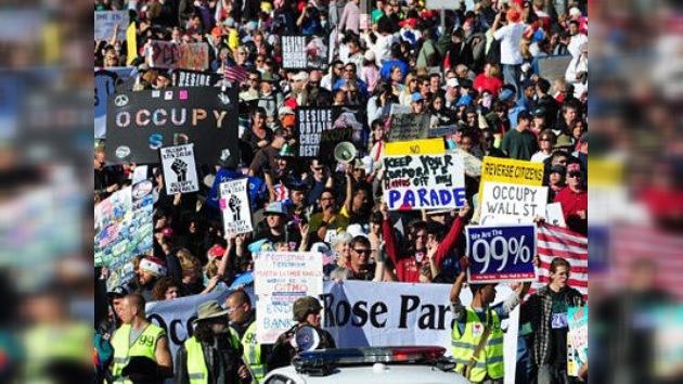 Los manifestantes pasean a un 'pulpo Ocupa' en el 123 Desfile de las Rosas en California