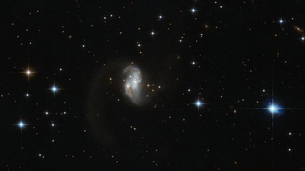 El telescopio Hubble capta una extraña galaxia con forma de gusano