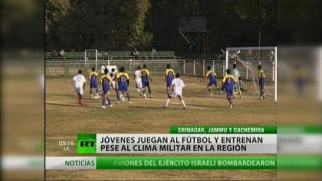 Jugar el fútbol a pesar de la discriminación y los problemas sociales