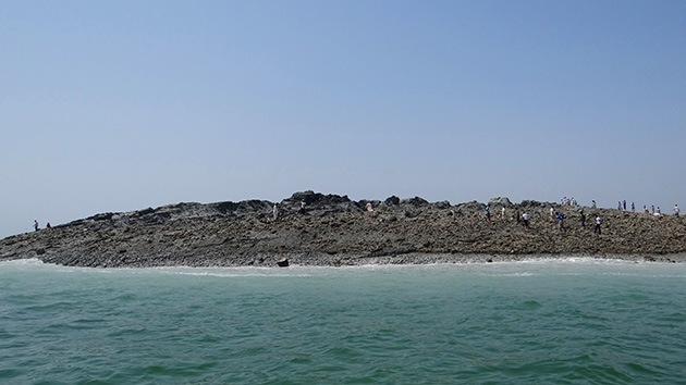 'La isla del terremoto' en Pakistán escupe gas inflamable y pronto desaparecerá
