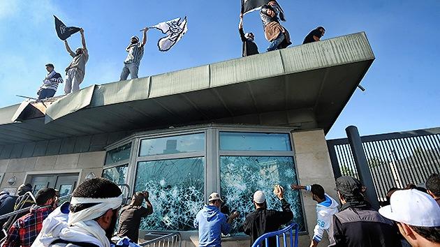Manifestantes entran en la embajada de EE.UU. en Túnez