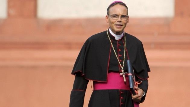 Un obispo construyó su casa con fondos para familias pobres